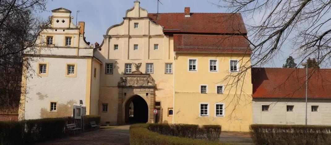 Ein prächtiges Renaissanceportal bildet den Eingang zum Schloss Sonnewalde