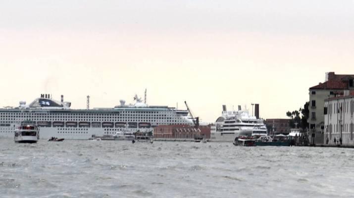 Kreuzfahrtschiff im Hafen von Venedig
