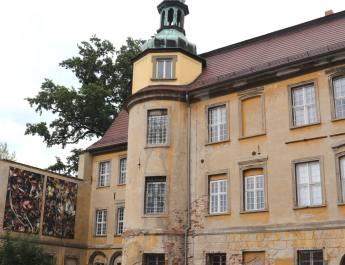 Bilder von Luzia Simons flankieren den Eingang von Schloss Lieberose