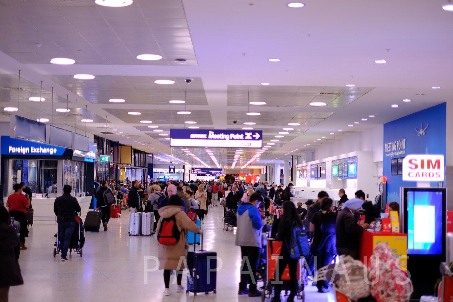 シドニー空港到着出口付近。混雑時は観光客でごった返す