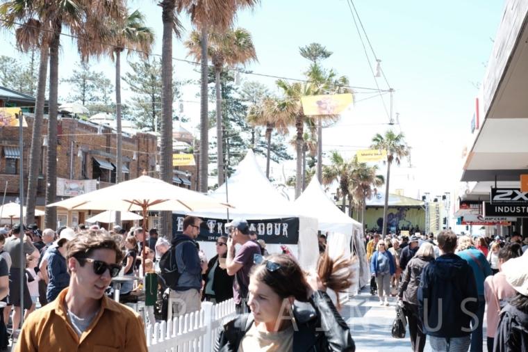 Corsoという繁華街にはカフェやレストランが立ち並ぶ
