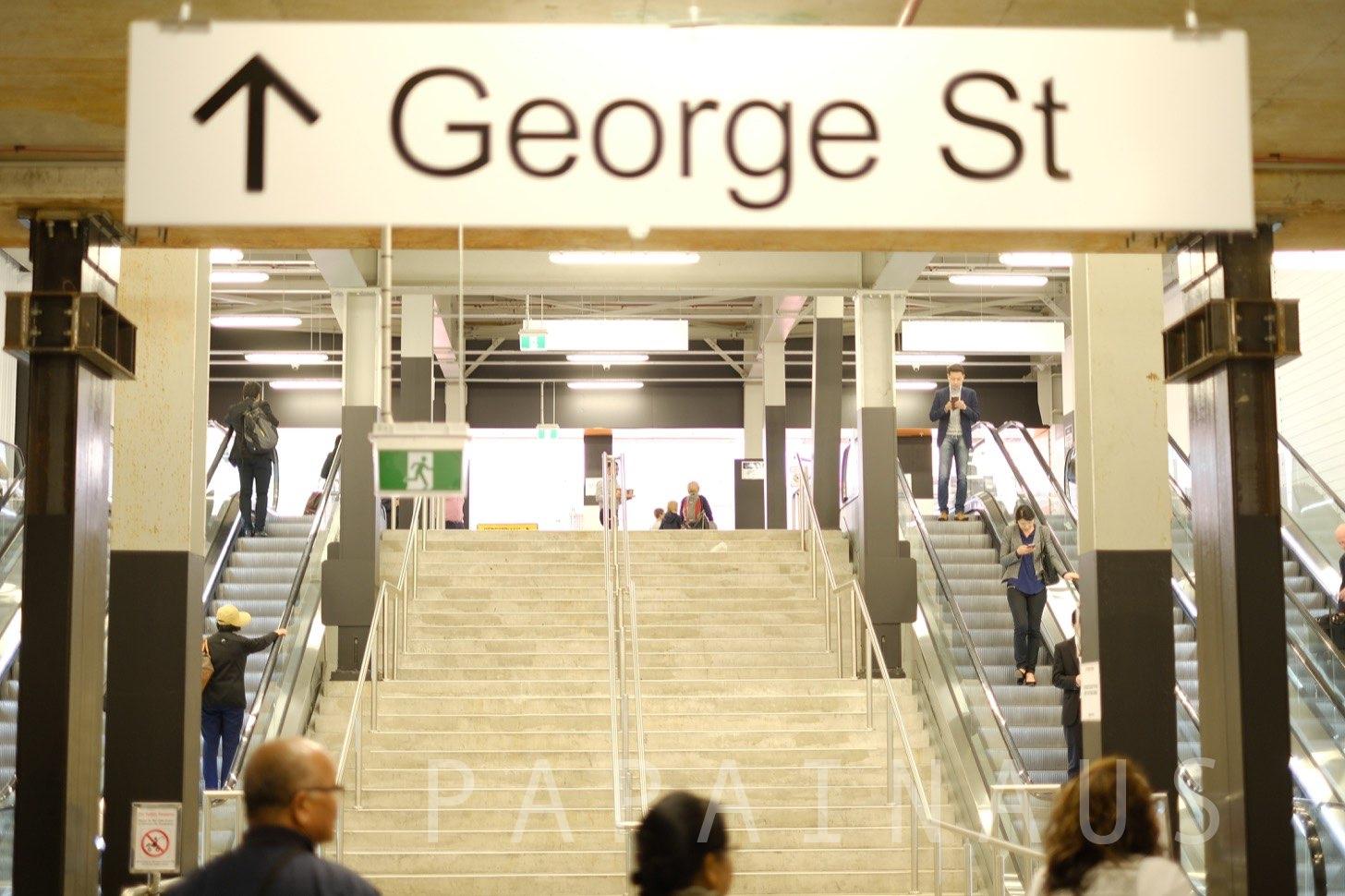 改札を出ると上り階段がある。最近Wynyardは改装しているので少し外装は違うかもしれないがGeorge stへの階段があるのでそちらへ向かう