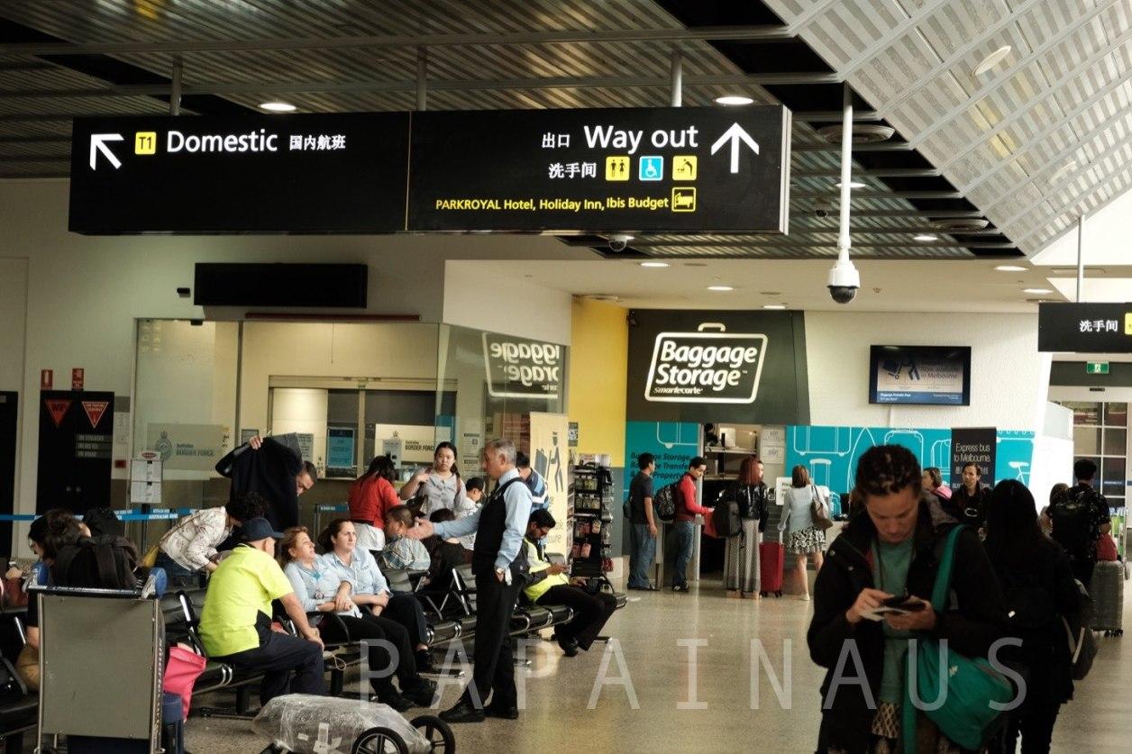 メルボルン空港到着口。Way Outの標識に従って外に出る