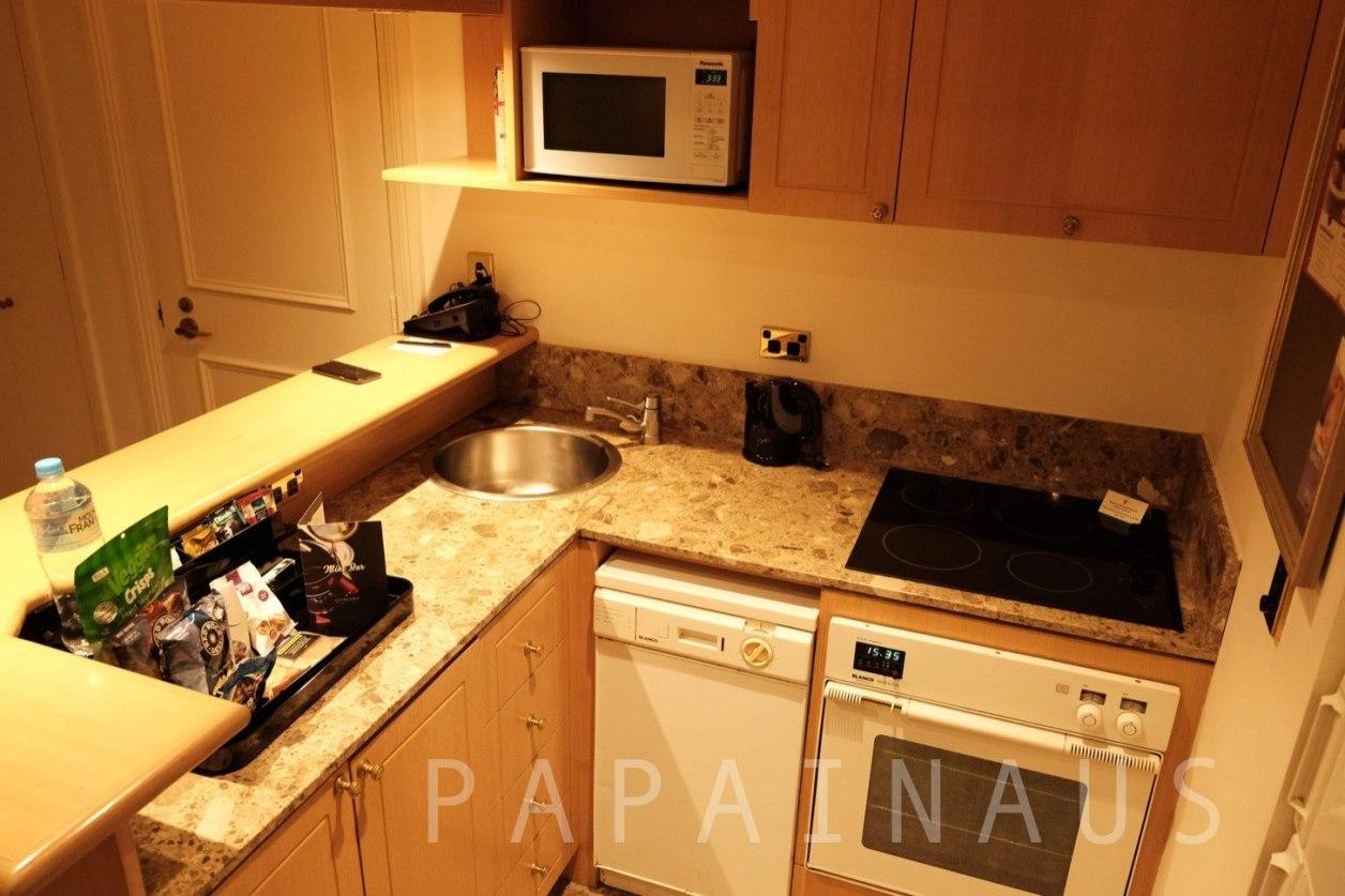 キッチンがあるので簡単な料理を作ったりできる。スタンフォードプラザホテル