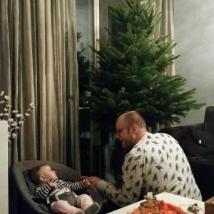 Met papa de kerstboom opzetten