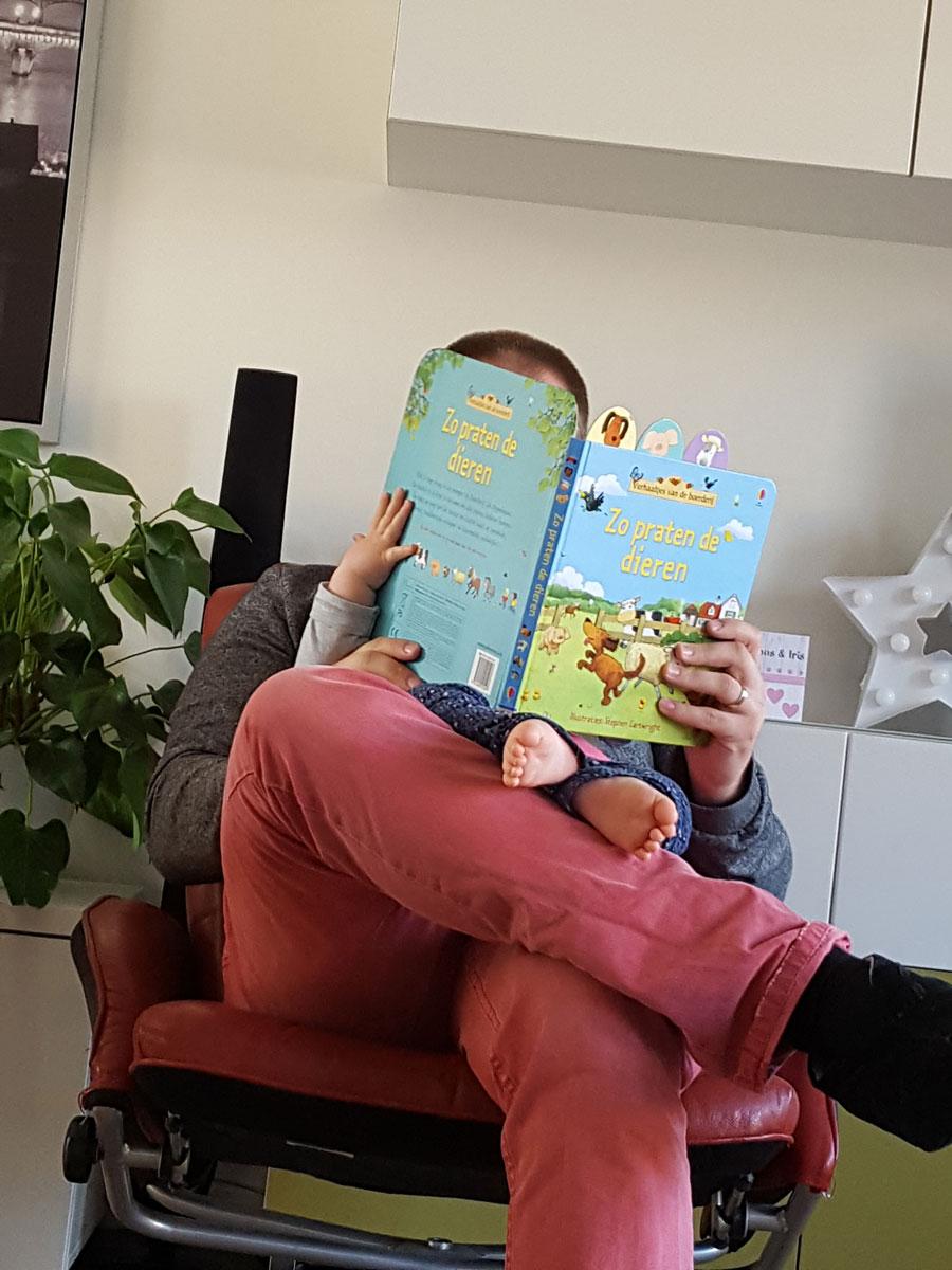 Een-boekje-lezen-met-papa