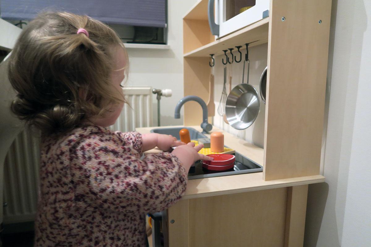 18-maanden-dreumes-mirthe-keukentje