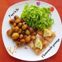 Somon la cuptor, cartofi cu rozmarin și salată...