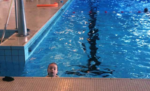 Schwimmkurs für Kinder: Seepferdchen machen.