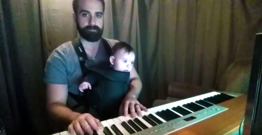Baby schläft friedlich ein wenn Vater Keyboard spielt