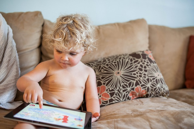 Kind mit Apps auf dem Tablet