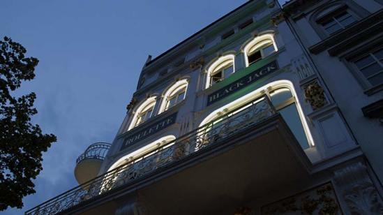 Fassade der Spielbank Hamburg wo Erwachsene spielen
