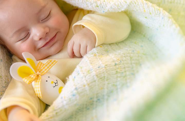 Baby lächelt im Schlaf