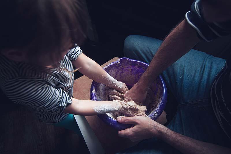 Kochen und backen mit der Tochter