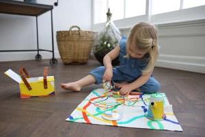 Kleines Mädchen mit einem Lovevery Spielzeugset