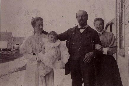 # 1898 - Famille Raoul LANDRIEU (12) à Port-Menier, Île d'Anticosti, Province de Québec, Canada Pierre (121) dans les bras de sa mère Mathilde FERLAND-LANDRIEU - Raoul LANDRIEU (12) - ?