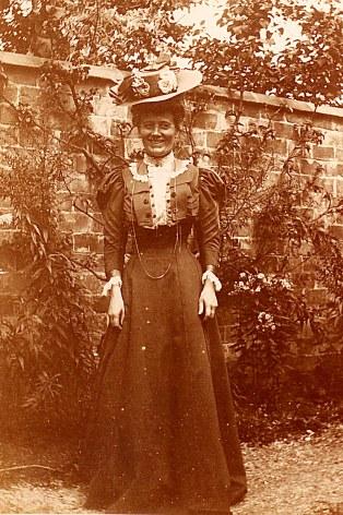 # 1899 - Marguerite DOREMIEUX-LANDRIEU (x 44) à Valenciennes