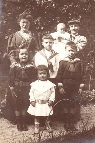 # 1908 - Famille Gustave LANDRIEU (44) - 43 boulevard Pater à Valenciennes - 3° rang: ? - Michel LANDRIEU (445) dans les bras de ? 2° rang: Jacques LANDRIEU (443) - Max LANDRIEU (441) - Joseph LANDRIEU (442) 1° rang: René LANDRIEU (444)