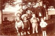 1906 - Famille Gustave LANDRIEU (4), en vacances avec les VANOYE à Wimereux 3° rang: Jeanne et Henri VANOYE - Gustave LANDRIEU (44) 2° rang : Jean et Maurice VANNOYE 1° rang : Joseph LANDRIEU (442) - Charles VANNOYE - Max LANDRIEU (441) - Jacques LANDRIEU (443)