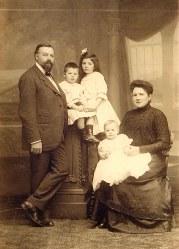 Famille Maurice LANDRIEU (16) Debout: Maurice LANDRIEU (16) - Lucien LANDRIEU (162) - Geneviève LANDRIEU (161) Assise : Antoinette HARLÉ-LANDRIEU (x 16) avec Henri LANDRIEU (163) sur ses genoux.
