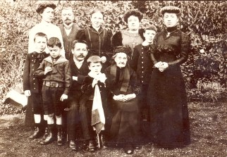 # 1910 - Famille Gustave LANDRIEU (44) - Jardin, rue Nationale à St Amand les Eaux 2° rang : Marguerite DORÉMIEUX-LANDRIEU(x 44) - Gustave LANDRIEU (44) - 2 sœurs DORÉMIEUX - Max LANDRIEU (441) - sœur DORÉMIEUX ; 1° rang : Joseph LANDRIEU (442) - Jacques LANDRIEU (443) - Jean DORÉMIEUX - René LANDRIEU (444) - Tante Céline DORÉMIEUX