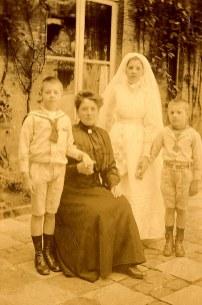1917 - Famille Maurice LANDRIEU (16) - Communion de Geneviève LANDRIEU (161) : Geneviève en communiante avec sa mère et ses deux frères