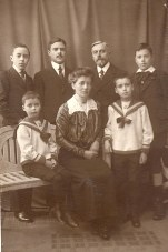 1915 - Famille Gustave LANDRIEU (44) - (Arch. Guy L.) 2° rang : Joseph (442) - Max (441) - Gustave (44) - Jacques (443), 1° rang : Michel (445) - Marguerite (x 44) - René (444)