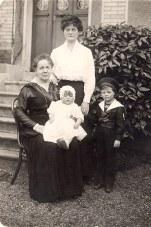 18 Avril 1916 - Famille Pierre LANDRIEU (26) - Le retour d'Allemagne de Pierre Debout : Célina SNOOK-LANDRIEU (x 26) Assise : Mathilde LANDRIEU-PORCHER (23) avec Françoise LANDRIEU (262) sur ses genoux Debout : Philippe LANDRIEU (261)
