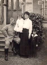 Famille Pierre LANDRIEU (26) : Pierre (26) - Célina SNOOK-LANDRIEU (x 26) avec Françoise (262) dans ses bras - Philippe (261)