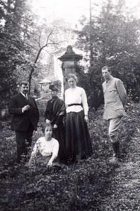 1916 - Famille Émile LANDRIEU (2) - Abbaye de St Valéry sur Somme Debout : Pierre LANDRIEU (26) - Palmyre LANDRIEU-DUPONT (23) - Edith ? (amie) - Pierre WATEL (ami) Par terre : Anne-Marie DUPONT (231)