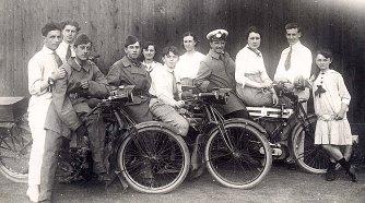 # 1915 - Denis (533) (2ème à gauche) et Gui (534) PADIEU (sur le vélo)