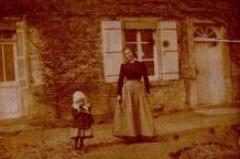 """1918 - """"La Vierge"""" - La maison côté jardin - personnes inconnues"""