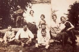 """1919 - Des cousins à """"La Vierge"""" - (Arch. G. Landrieu) 3° rang: Jacques (443) - Madeleine ? - Andrée (174) - Germaine ? - Florence (172) avec son chien, 2° rang: Michel (171), 1° rang: Henri (163) - Denis (173) - Lucien (162)"""