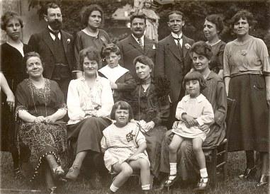 # 1920 - Famille Emile LANDRIEU (2) 3° rang : Anne-Marie DUPONT (211) - ? - ? - Pierre (26) -? - ? - ?, 2° rang : Mathilde (23) - Célina SNOOK-LANDRIEU (x 26) - Philippe (261) - Palmyre (21) - ?, 1° rang : ? - ?