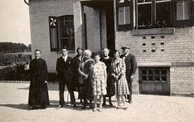 """1927 - Devant """"La Vigie"""" - Joseph (442) - Jacques (443) - Marie-Madeleine THEILLIER-LANDRIEU (x 443) - Hélène DUFOURNY-LANDRIEU (x 17) - Andrée (174) - Marguerite DORÉMIEUX-LANDRIEU (x 44) - ? - Gaston (17)"""