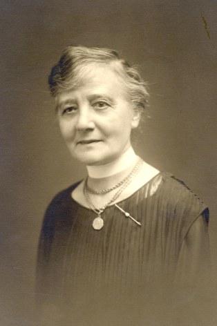 # 1930 - Marguerite DOREMIEUX-LANDRIEU (x 44) à Amiens