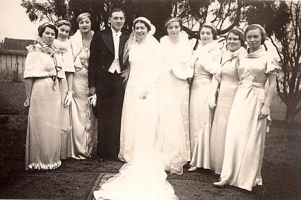 23 janvier 1935 - Mariage de Lucien LANDRIEU (162) et de Marcelle BOUTEILLER. Les mariés, à gauche Andrée LANDRIEU (174), les autres jeunes filles ???