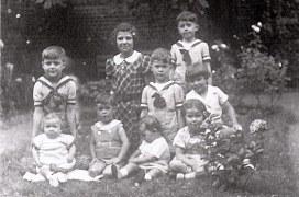 1937 - Au 6 avenue de Liège, chez Max LANDRIEU - 3° rang : Micheline (4411) - Philippe (4431), 2° rang : Jean-Marie (4414) - Jean-Pierre (4432) - Xavier (4415), 1° rang : Monique (4441) - Guy (4434) - Colette (4435) - Thérèse (4433)