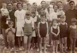 1937 - Famille Gustave LANDRIEU (44) - A Quiberon : 1- Monique (4441) dans les bras de René (444), 3-Joseph (442), 4- Micheline (4411), 5- Antoinette (x 444), 6- Marguerite (x 44), 7- Monique (x 441), 8- Louis (4416) dans les bras de Jacques (443), 10- Michel, en abbé (445), 11- Marie-Madeleine (x 443) avec Colette (4435) dans ses bras , 13- Guy (4434), 14- Jean-Marie (4414), 15- Bernard (4413), 16- Claude (4412), 17- Philippe (4431), 18- Thérèse (4433), 19- Jean-Pierre (4432), 20- Xavier (4415)