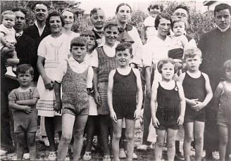 1937 - Famille Gustave LANDRIEU (44) - A Quiberon : 1-Monique (4441) dans les bras de René (444), 3-Max (441), 4-Micheline (4411), 5-Antoinette (x 444), 6-Marguerite (x 44), 7-Monique (x 441), 8-Louis (4416), 9-Jacques (443), 10-Michel (445), 11-Bernard (4413), 12-Claude (4412), 13-Tte Manon (x 443), 14-Colette (4435), 15-Guy (4434), 16-Jean-Marie (4414), 17-Philippe (4431), 18-Thérèse (4433), 19-Jean-Pierre (4432), 20-Xavier (4415)