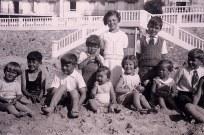 1937 - Famille Gustave LANDRIEU (44) - A Quiberon - A genoux : Xavier (4415) - Micheline (4411) - Claude (4412) Assis : Louis (4416) - Philippe (4431) - Jean-Marie (4414) - Colette (4435) - Thérèse (4433) - Guy (4434) - Bernard (4413)
