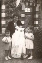 26 juillet 1940 - A Huby St-Leu (62) - Baptême de Francis LANDRIEU (4443), pendant l'exode : Francis sur les genoux de Geneviève LANDRIEU-SINGER (161) avec Monique (4441) et Marc (4442)