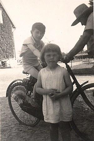 """Juillet 1934 - A """"La Vigie"""" : Bernard (1711) à vélo, Gaston (17) et Nicole (1712)"""