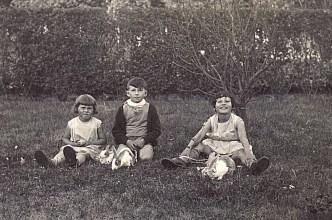 """1936 - A """"La Vigie"""", """"les lapins"""" : Nicole, Bernard et Jacqueline LANDRIEU"""