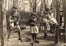 """1936 - A """"La Vigie"""" sur le portique : Bernard et Nicole LANDRIEU, Françoise PADIEU, Jacqueline LANDRIEU"""