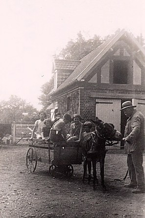 """Août 1937 - A """"La Vigie"""" - Gaston LANDRIEU (17) et des enfants"""