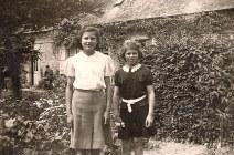 """Juin 1940 - Dans le jardin de """"La Vierge"""" : Jacqueline et Nicole LANDRIEU"""