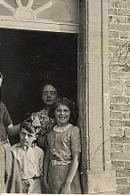"""A """"La Vierge"""", à la porte de la cuisine, côté cour ; Noémie - Max et Nicole LANDRIEU"""