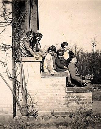 """1940 - A """"La Vigie"""" : Nicole, Max LANDRIEU, D. Sagot, René PADIEU, Bernard, Jacqueline LANDRIEU"""