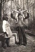 """1943 - A """"La Vigie"""" dans le potager, près de la couche : Nicole, Anne-Marie et Bernard LANDRIEU"""